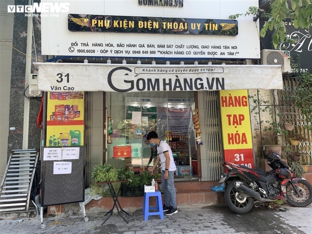 Tại số 31 đường Văn Cao (phường Liễu Giai, quận Ba Đình), 1 cửa hàng kinh doanh phụ kiện điện thoại cũng chuyển hướng sang bán rau củ ngay trong cửa hàng. Anh Phong - chủ cửa hàng cho biết việc bán rau củ vừa giúp có thêm thu nhập, giảm tải áp lực tài chính trong mùa dịch vừa giúp được những người dân trong khu vực dễ dàng mua thực phẩm thiết yếu mà không phải đi xa.