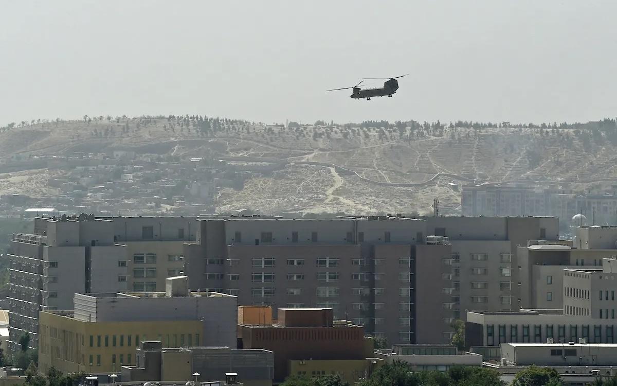 Máy bay trực thăng Mỹ bay phía trên Đại sứ quán Mỹ ở thủ đô Kabul (Afghanistan) vào tháng 8/2021. Ảnh: Reuters.