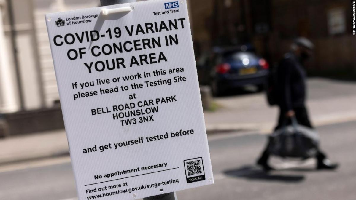 """Một biển hiệu hướng dẫn người dân tới trung tâm tiêm chủng ở phía tây London với dòng chữ: """"Biến thể Covid-19 đáng lo ngại đang ở trong khu vực của bạn"""". Ảnh: CNN"""