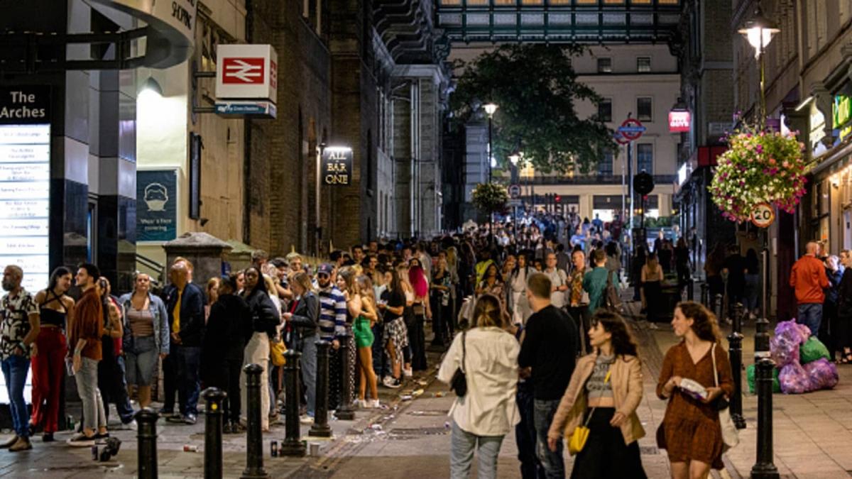 Cảnh tượng xếp hàng trước hộp đêm Heaven ngày 24/7 ở London, Anh. Ảnh: Getty