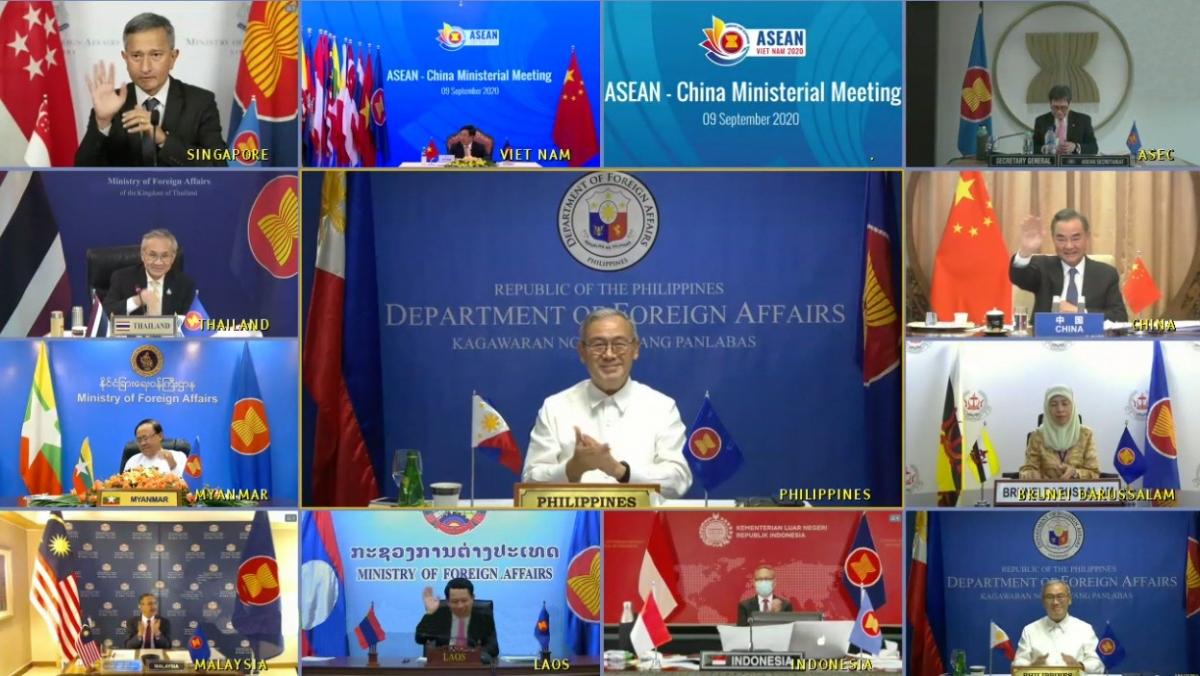 Bộ trưởng Ngoại giao Philippines, Teodoro Locson đồng chủ trì hội nghị với người đồng cấp Trung Quốc, Vương nghị. Nguồn : Bộ Ngoại giao Philippines.