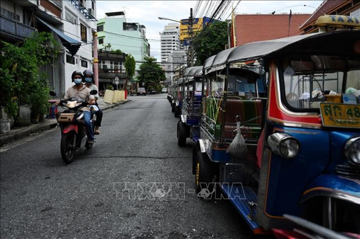 Cảnh vắng vẻ trên đường phố ở Bangkok, trong bối cảnh dịch COVID-19 diễn biến phức tạp. Ảnh: AFP/TTXVN