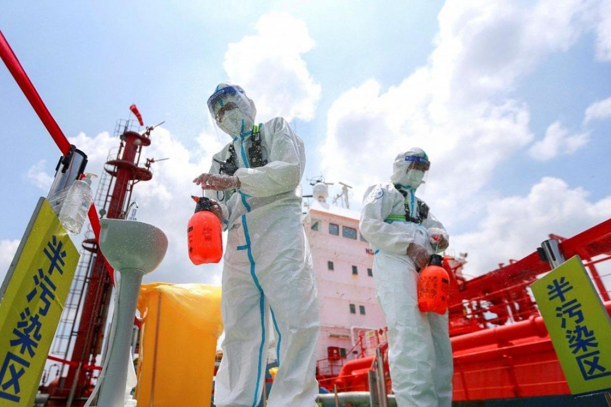Phun khử khuẩn ở cảng Nam Kinh, tỉnh Giang Tô, Trung Quốc. Ảnh: AFP