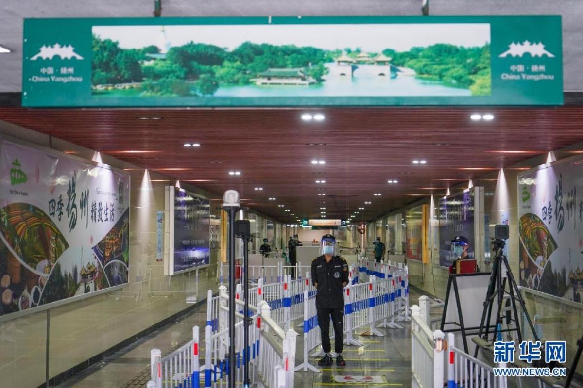 Thành phố Dương Châu, tỉnh Giang Tô đã phải dừng tất cả các chuyến tàu xe từ 12h trưa ngày 6/8. Ảnh: Tân Hoa xã