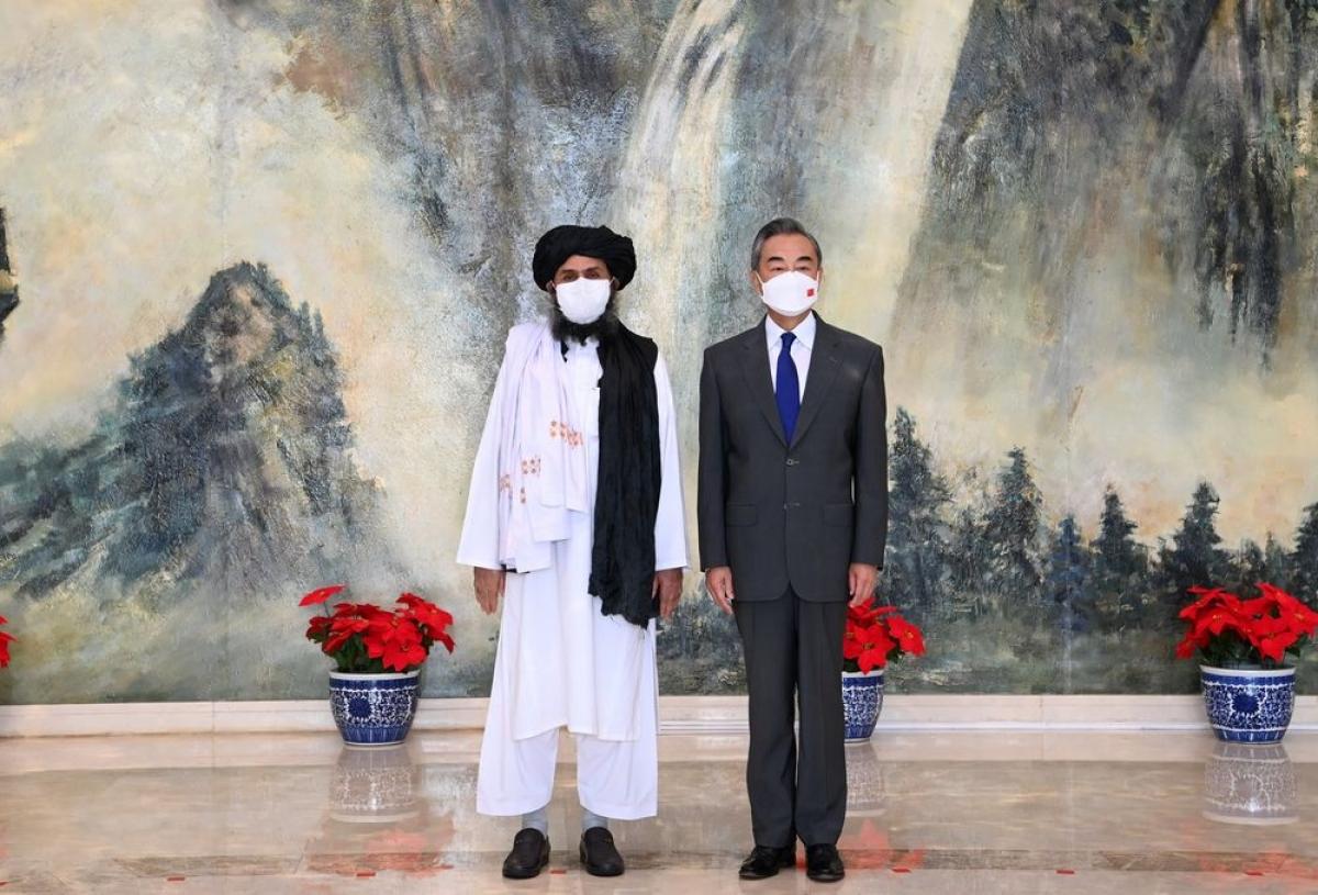 Ngoại trưởng Trung Quốc Vương Nghị gặp người đứng đầu Văn phòng Chính trị của Taliban Mullah Abdul Ghani Baradar ngày 28/7. Ảnh: Tân Hoa xã