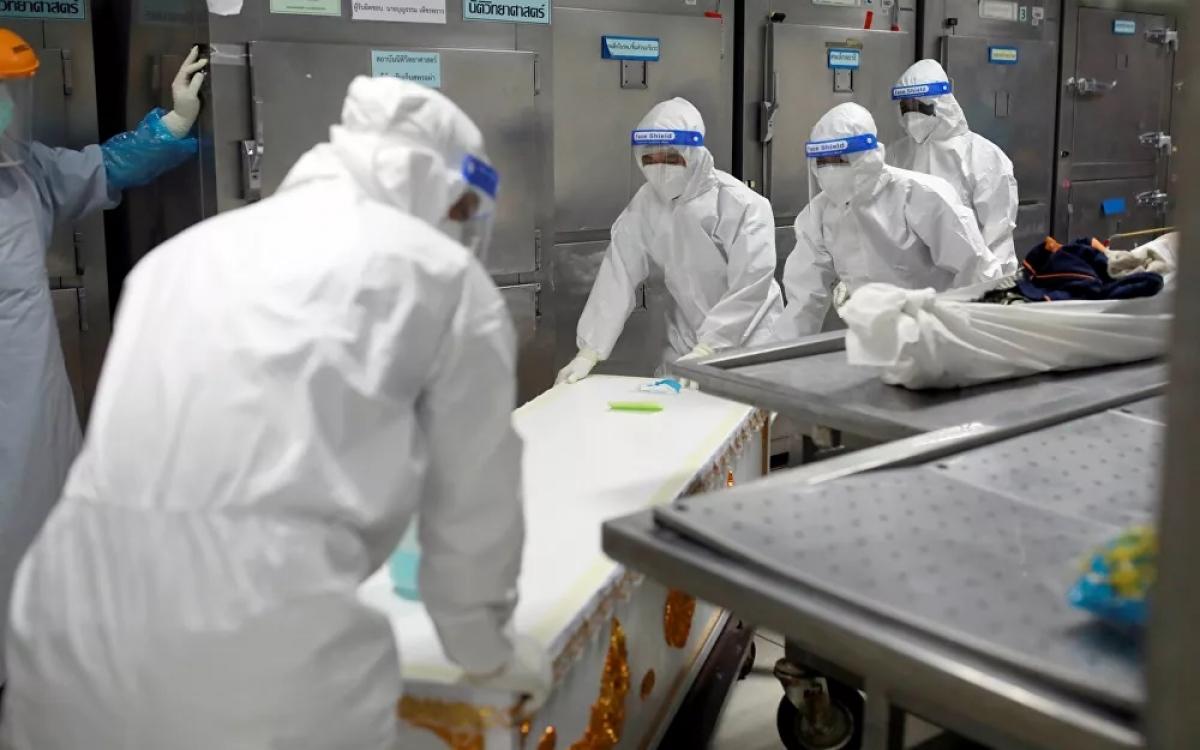 Vận chuyển một thi thể bệnh nhân Covid-19 vào một container đông lạnh ở Thái Lan vào ngày 31/7. Ảnh: Reuters.