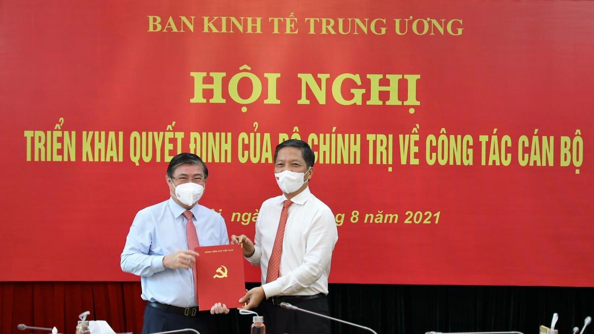 Ông Trần Tuấn Anh trao quyết định của Bộ Chính trị cho ông Nguyễn Thành Phong.