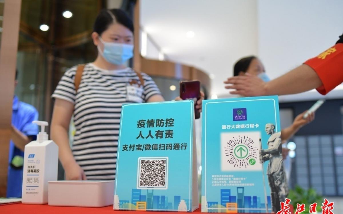 Việc trình mã sức khỏe và mã hành trình được thực hiện nghiêm ngặt ở Vũ Hán. Ảnh: Nhật báo Trường Giang.