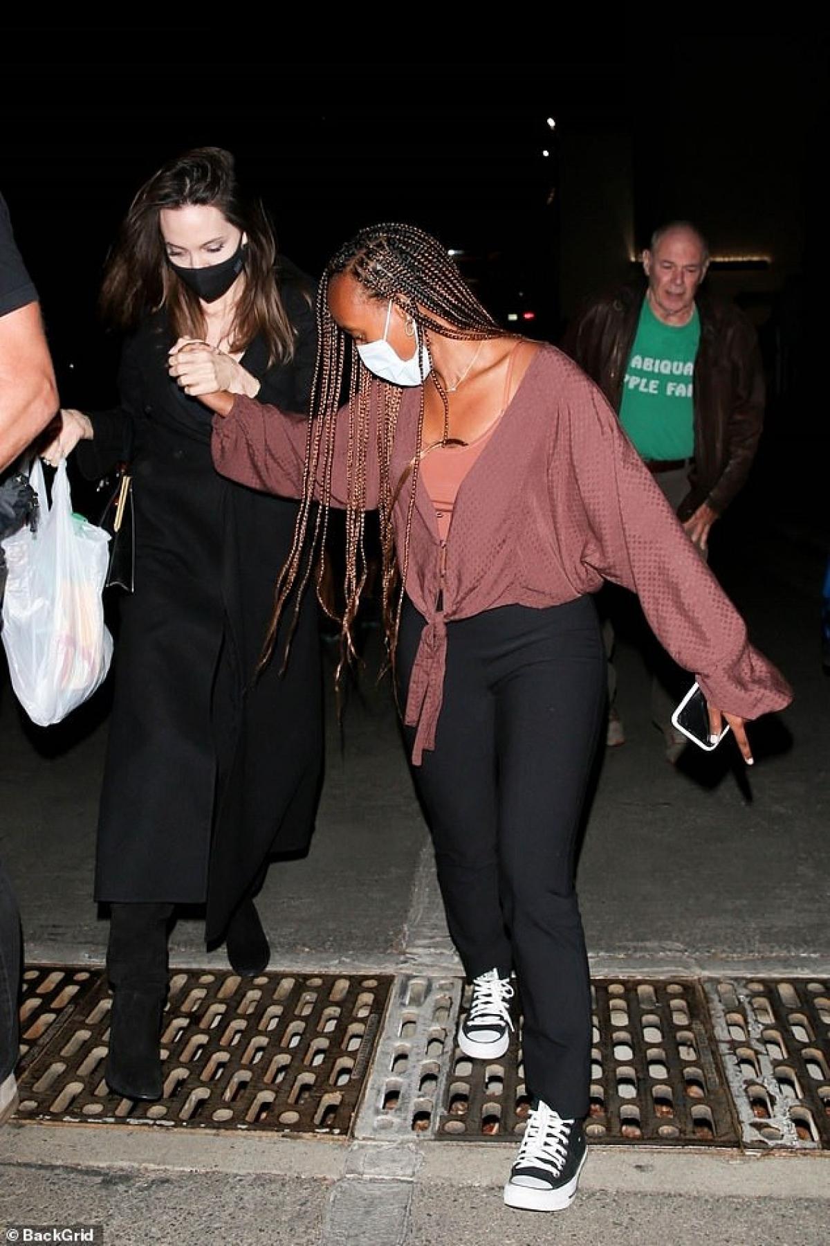Angelina Jolie cùng con gái Zahara đi chơi lúc tối muộn ở Hollywood hôm 2/8.