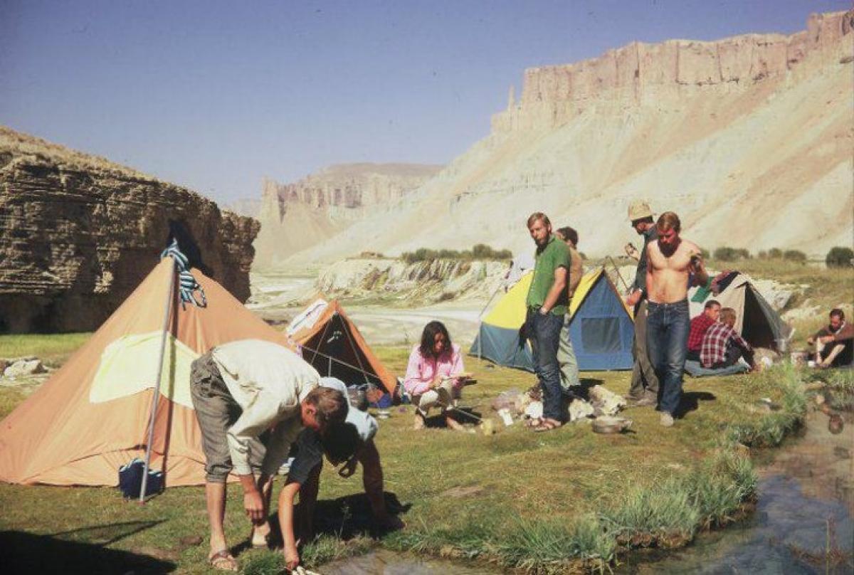 Các du khách nước ngoài tại một điểm cắm trại ở Vườn Quốc gia Band-e-Amir.