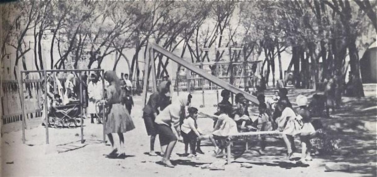 Các bà mẹ và những đứa trẻ ở một sân chơi dành cho trẻ em tại Afghanistan