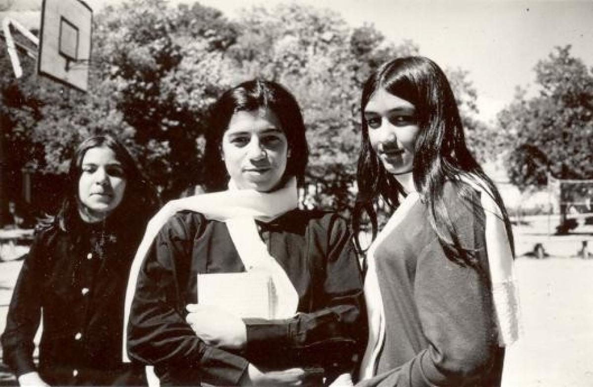 Các cô gái đến trường học.