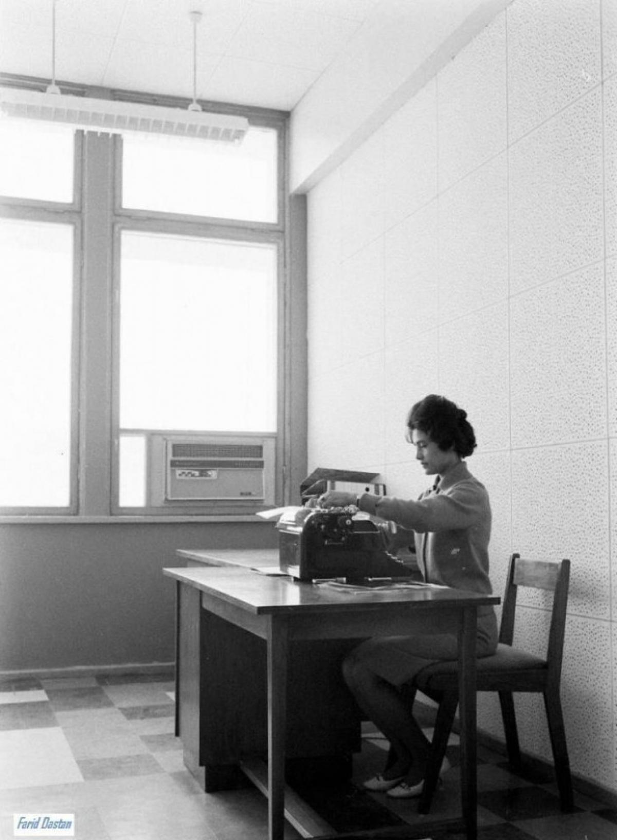 Một người phụ nữ Afghanistan đang làm việc.