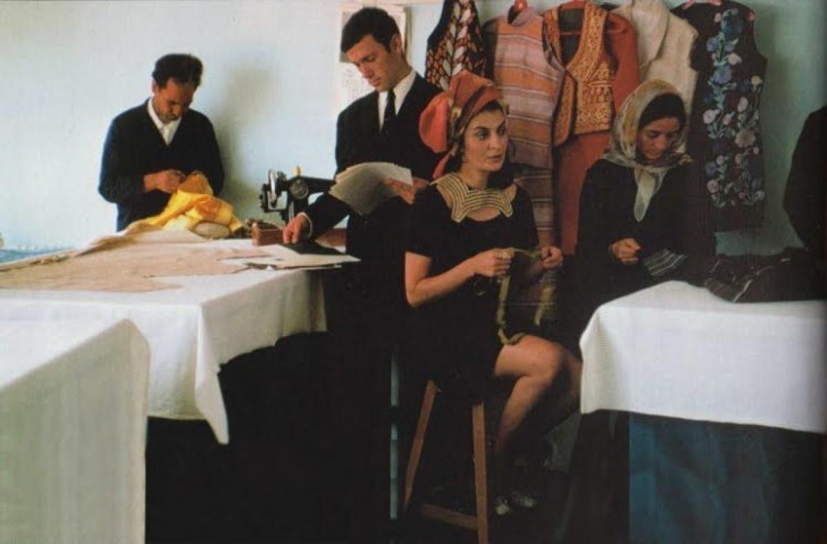 Nhà thiết kế Safia Tarzi tại một studio của ông ở Kabul năm 1969. Thời trang của Afghanistan từng có ảnh hưởng với thế giới vào cuối những năm 1960.