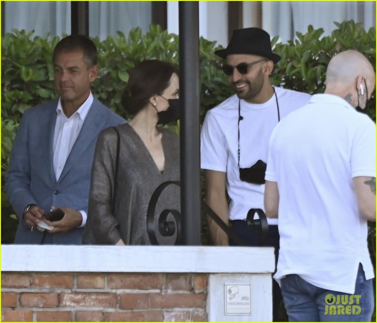 """Trước câu hỏi của MC Justin Sylvester về việc cô có những tiêu chuẩn khắt khe khi tìm bạn đời không, Angelina Jolie đáp: """"Tôi có lẽ có một danh sách rất dài chứ. Tôi đã ở một mình quá lâu rồi""""."""