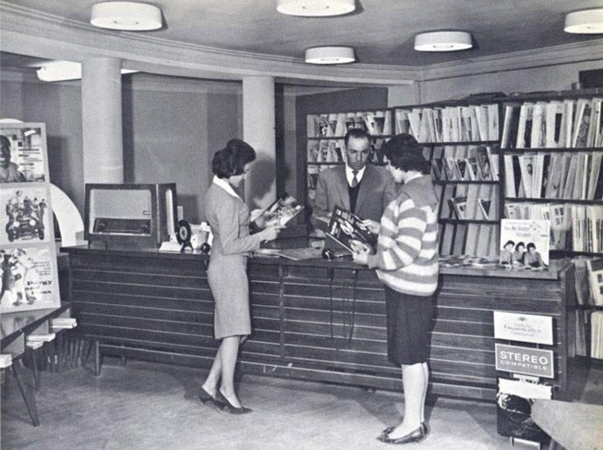 Một cửa hàng băng đĩa ở Kabul năm 1960.