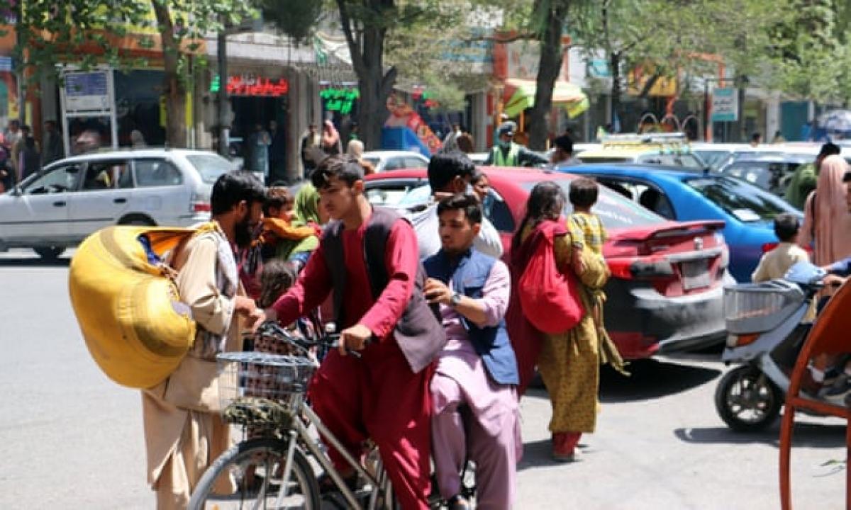Người dân Afghanistan vội vã trở về nhà khi Taliban tiến vào Kabul. Ảnh: Shutterstock