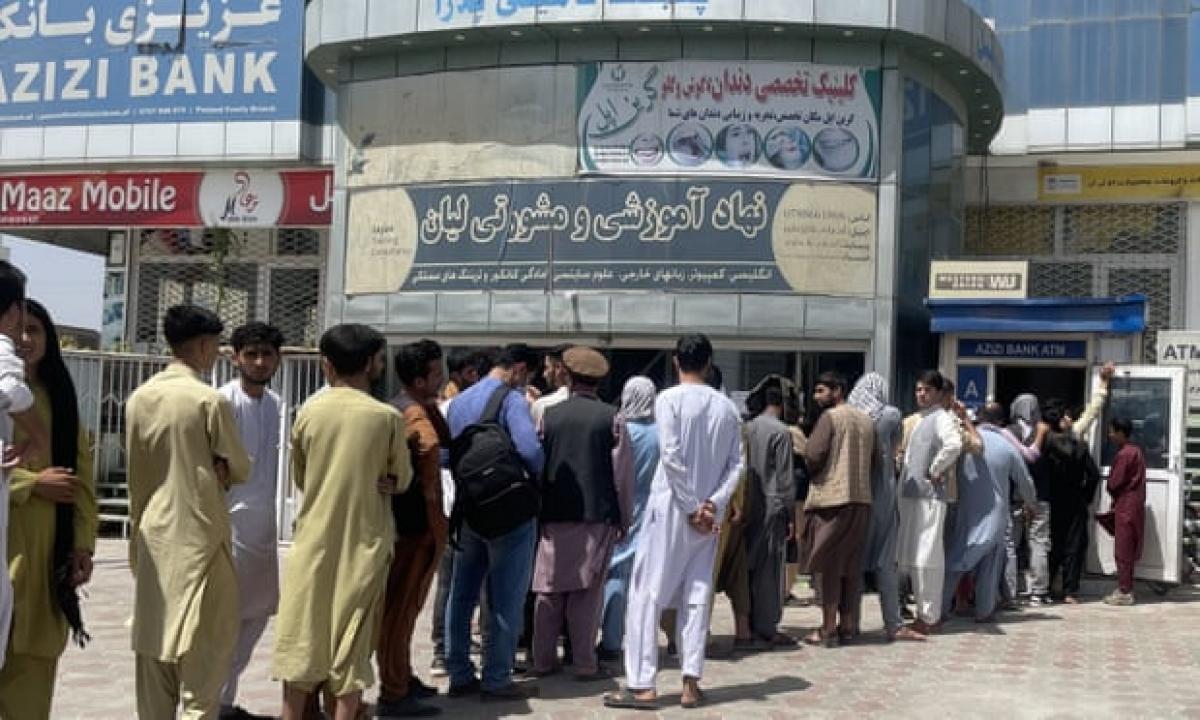 Người dân đứng xếp hàng để rút tiền trước một ngân hàng ở Kabul ngày 15/8. Ảnh: Getty