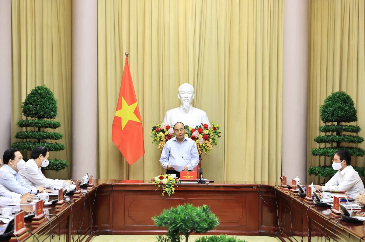 Chủ tịch nước Nguyễn Xuân Phúc gặp mặt các điển hình tiên tiến trong thực hiện mục tiêu kép của ngành dệt may Việt Nam.