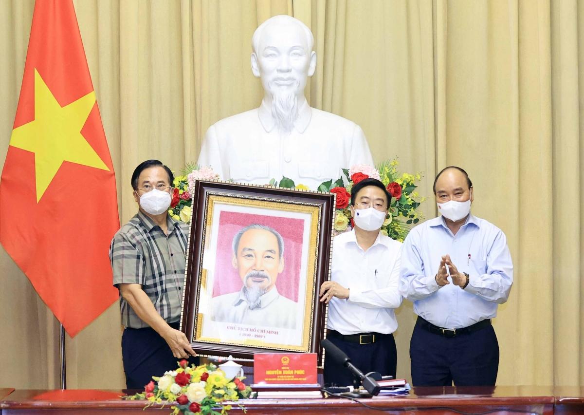 Chủ tịch nước Nguyễn Xuân Phúc cũng yêu cầu các doanh nghiệp, nhất là các Đảng bộ, chi bộ, tổ chức công đoàn, vận động tốt hơn công nhân, lao động đoàn kết, bảo vệ sản xuất, bảo vệ sức khỏe