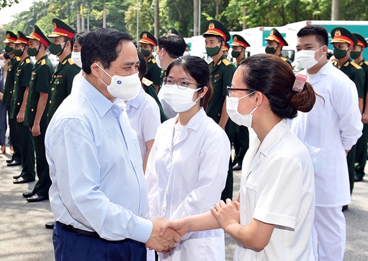 Thủ tướng Phạm Minh Chính động viên đội ngũ y bác sĩ tại lễ phát động chiến dịch tiêm chủng vaccine phòng chống COVID-19 trên toàn quốc, ngày 10/7 - Ảnh: VGP