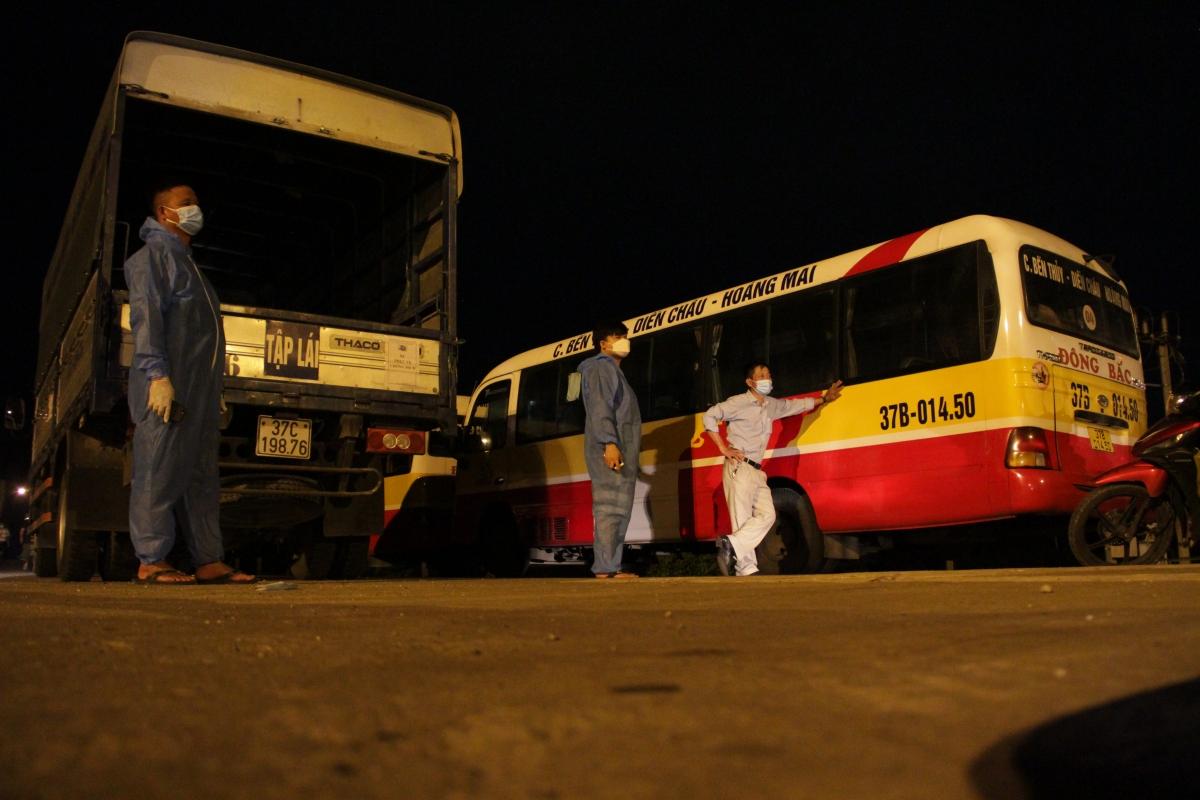 Tài xế xe khách, xe tải chờ người dân trở về để trung chuyển họ về tận quê nhà. (Ảnh: CTV)