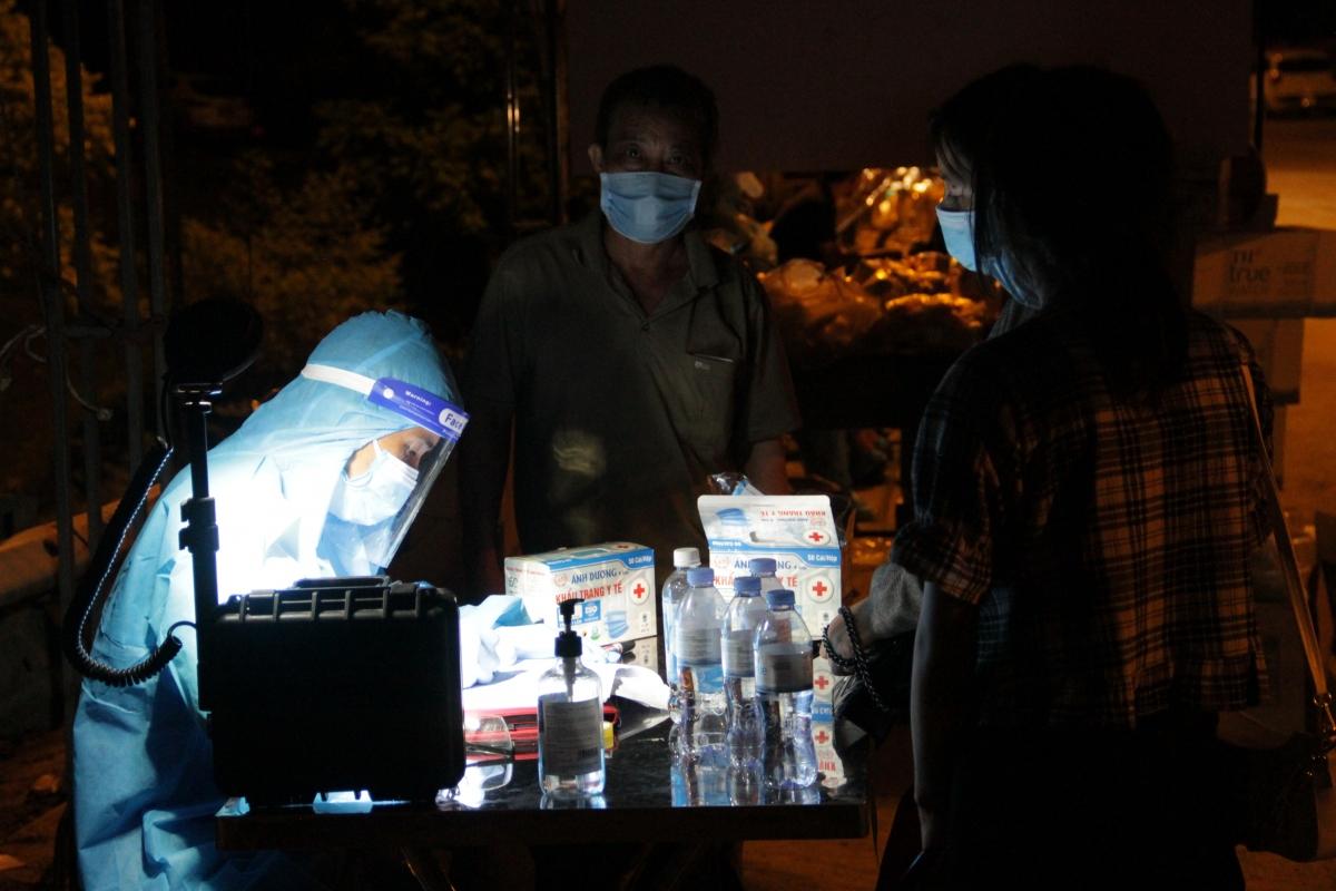 Người dân trở về bằng xe máy từ các tỉnh phía Nam thực hiện khai báo y tế tại chốt kiểm soát cầu Bến Thủy 2. (Ảnh: CTV)