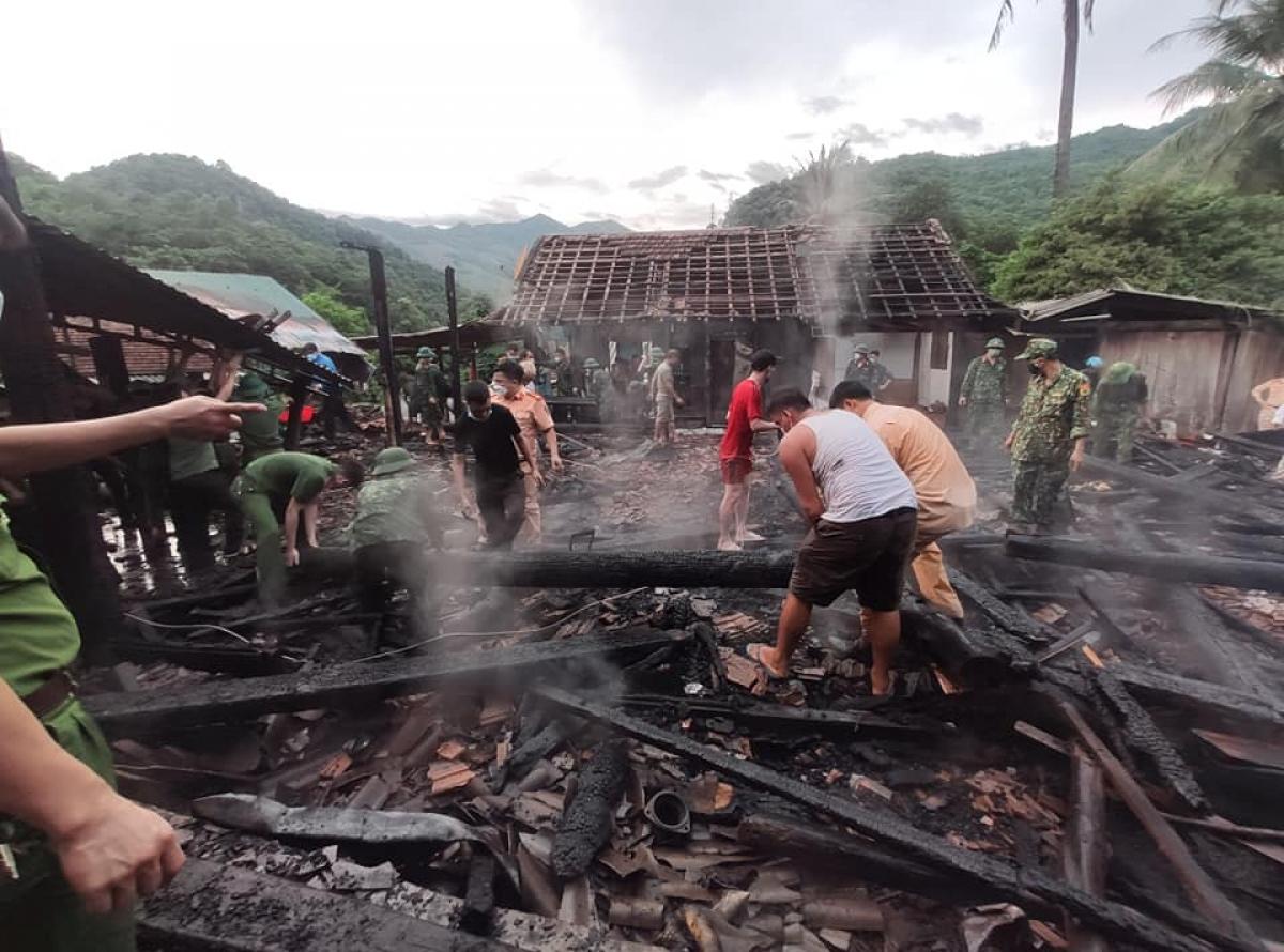 Ngôi nhà được làm hoàn toàn bằng gỗ nên ngọn lửa bùng cháy dữ dội, việc khống chế gặp rất nhiều khó khăn.