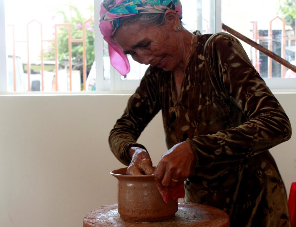 Phần lớn công đoạn làm gốm Bình Đức do phụ nữ Chăm đảm trách.Ảnh: Nguyên Vũ