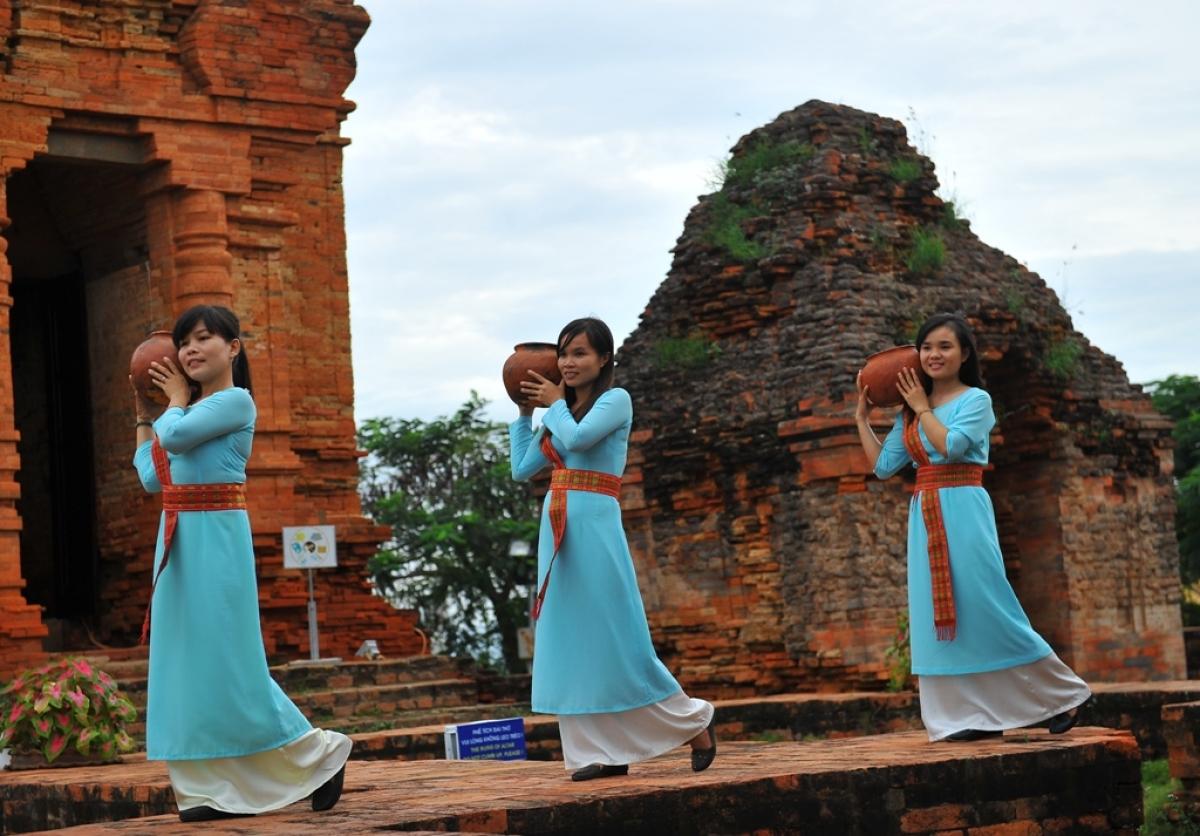 Nghề gốm truyền thống của người Chăm là tài nguyên hết sứcđộc đáo để địa phương phát triển du lịch.Ảnh: Nguyên Vũ