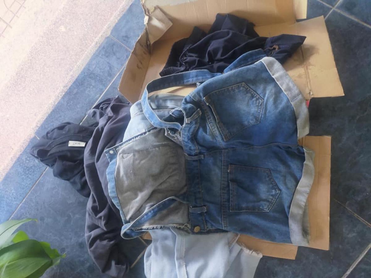 Cháu bé được để trong thùng các tông, cùng một số quần áo cũ.