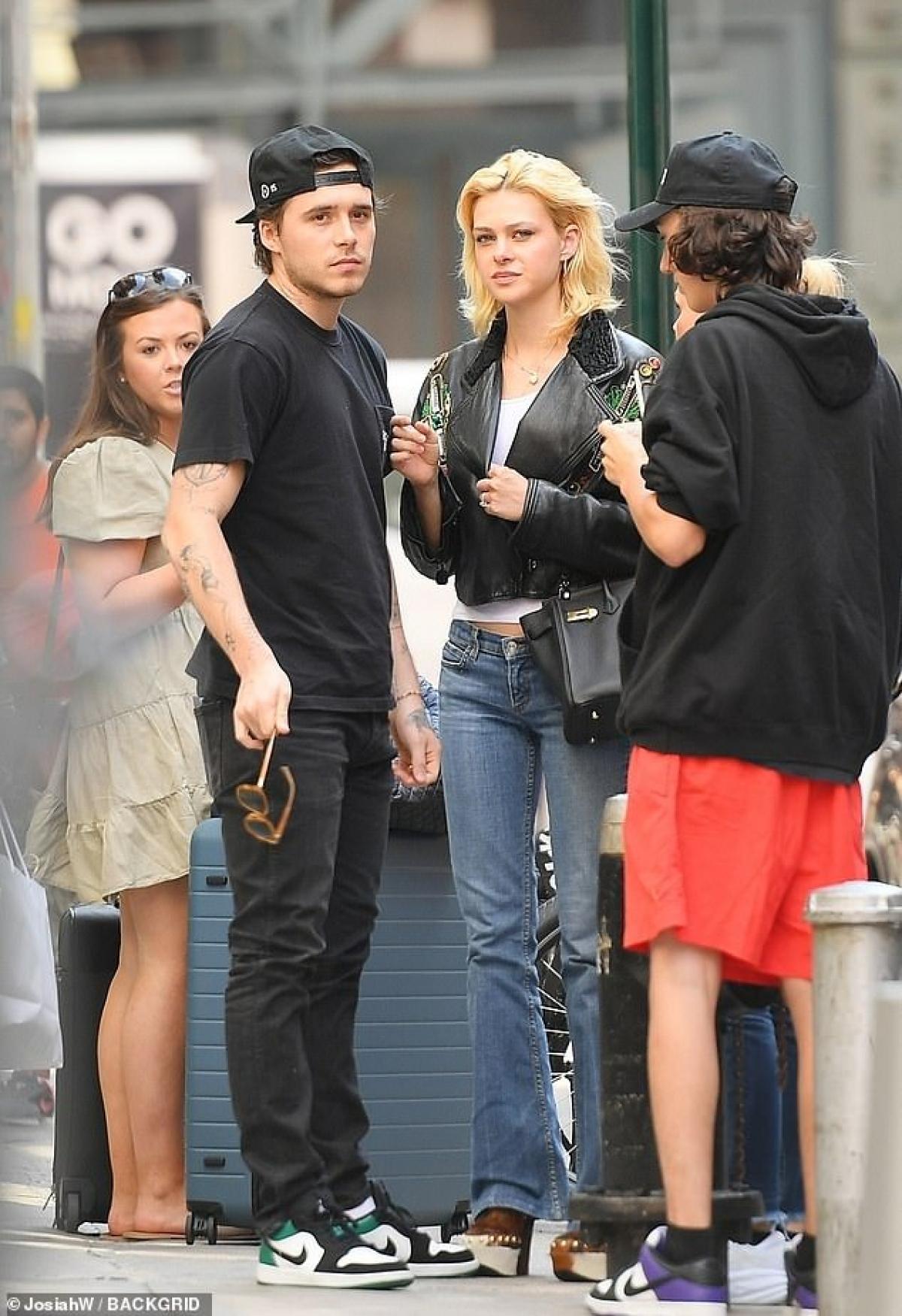 Brooklyn Beckham và Nicola Peltz đi chơi cùng bạn bè sau khi ăn trưa ở New York ngày 3/8.