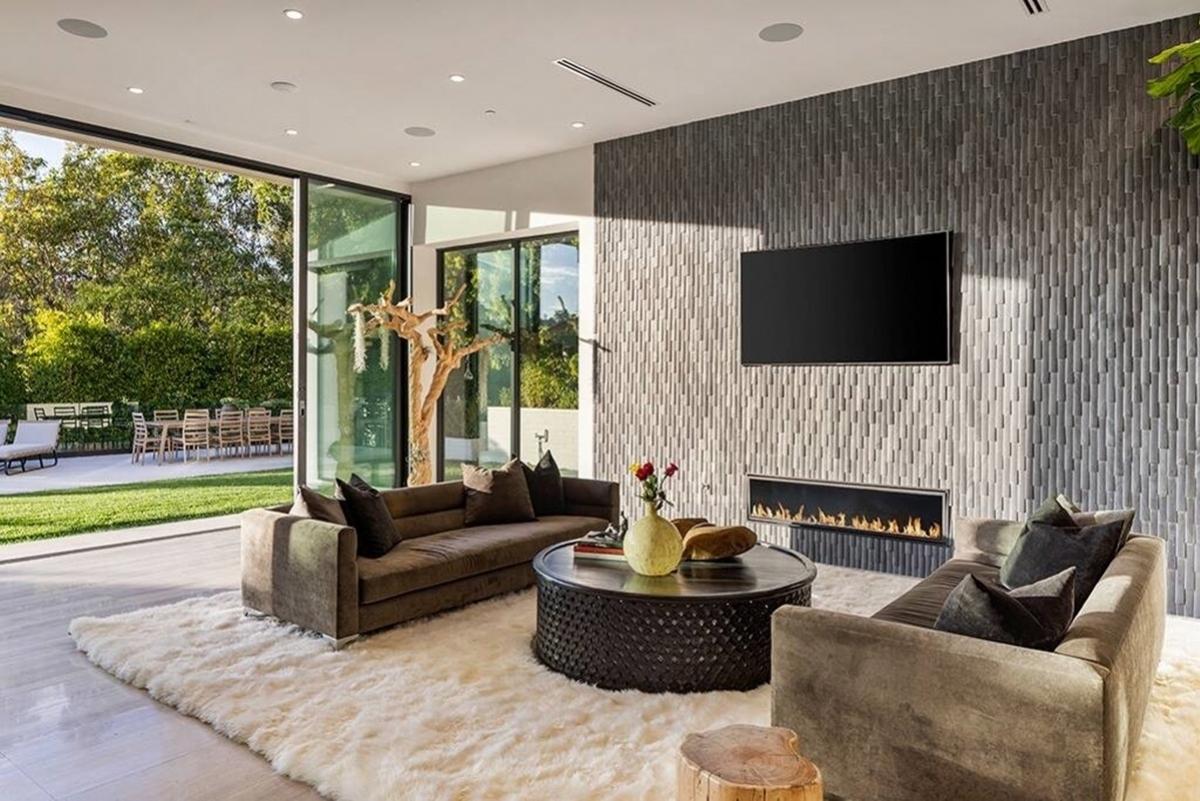 Căn biệt thự toạ lạc ở Beverly Hills, California, cách không xa nơi gia đình Brooklyn từng sống khi Beckham chơi cho câu lạc bộ Los Angeles Galaxy.
