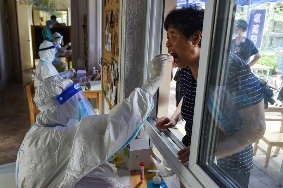 """Những người từ các khu vực có nguy cơ vừa và cao đã tới Bắc Kinh sẽ được xét nghiệm và giám sát y tế để đảm bảo """"không bỏ sót bất cứ ai"""". Ảnh: AFP"""