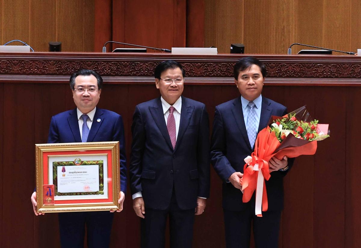Tổng Bí thư, Chủ tịch nước Lào Thongloun Sisoulith trao Huân chương Tự do hạng Nhất của Lào cho Bộ Xây dựng Việt Nam; Huân chương Tự do hạng Nhì của Lào cho Ban quản lý dự án thuộc Bộ Xây dựng và Binh đoàn 11 thuộc Bộ Quốc phòng Việt Nam