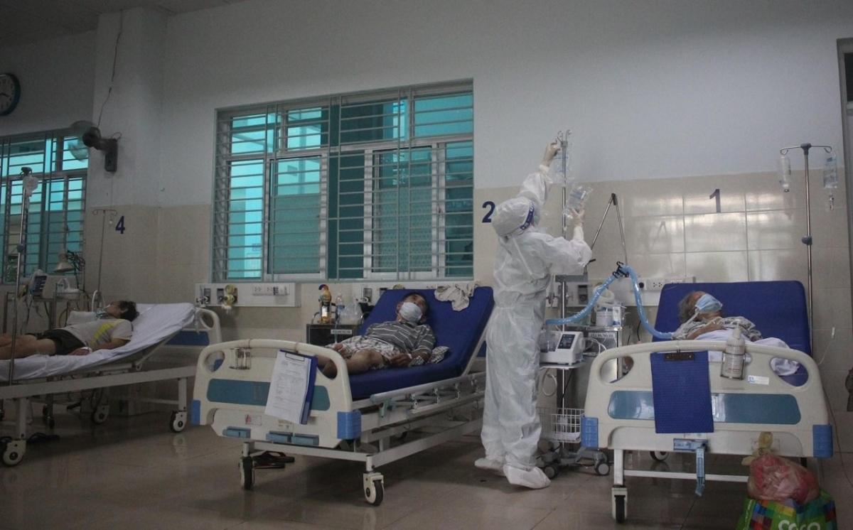 Điều trị cho bệnh nhân Covid-19 (Ảnh: Bộ Y tế)