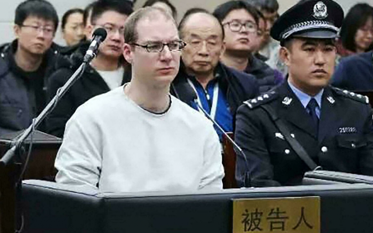 Bị cáo CanadaSchellenberg trong một phiên xét xử trước đây tại Trung Quốc. Ảnh: France 24.