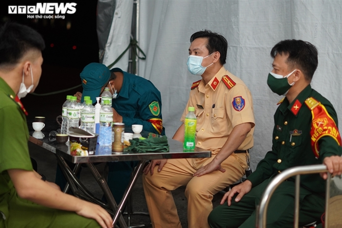 Major Nguyen Tuan Cuong, head of the night shift, says staff members always encourage each other to complete their tasks in order to halt the spread of the virus.