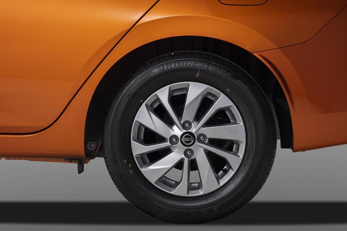 Tùy theo phiên bản mà Nissan Almera sẽ được trang bị vành hợp kim đúc 15 inch hay vành thép.