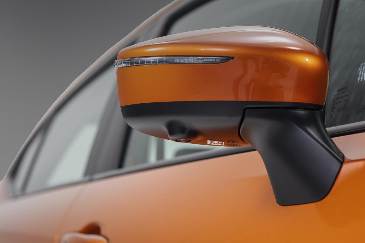 Gương chiếu hậu được gắn trên thân xe thay vì cột A giúp mở rộng tầm quan sát và hạn chế điểm mù, đồng thời tăng tính khí động học trên xe, giảm đáng kể tiếng ồn khi vận hành. Hai bên gương có tính năng gập điện, chỉnh điện và tích hợp camera.