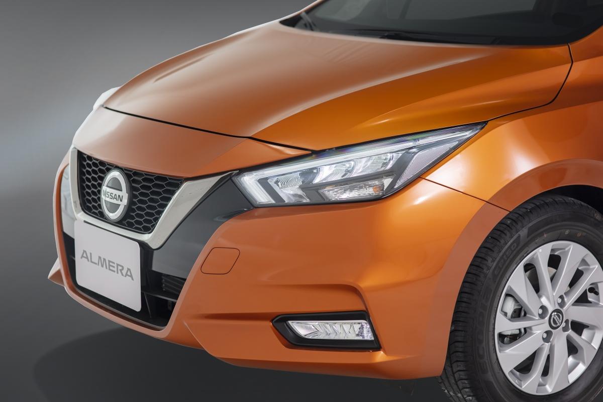 Đầu xe được trang bịlưới tản nhiệt V-motion đặc trưng vớiđiểm nhấn bởi thanh nẹp crom trang trí hình chữ V,