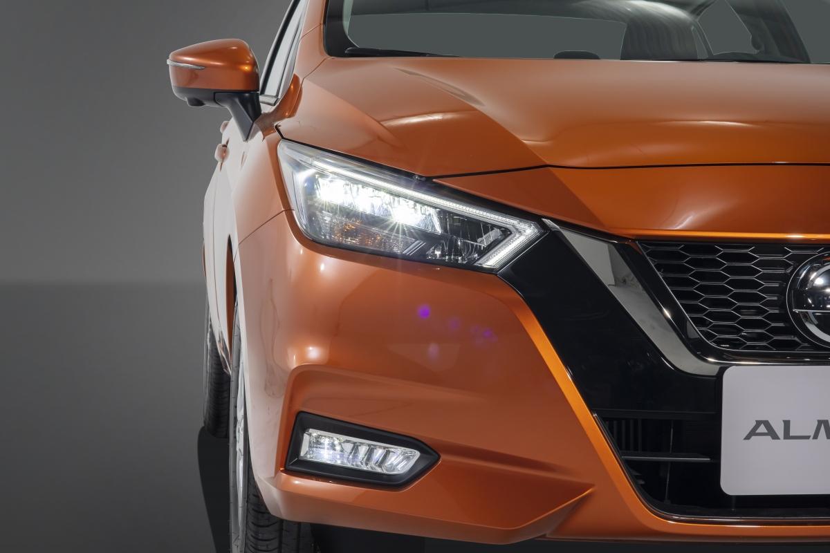 Mẫu xe được trang bị cụm đèn pha Full LED lớn dạng boomerang ôm trọn dải LED chạy ban ngày.