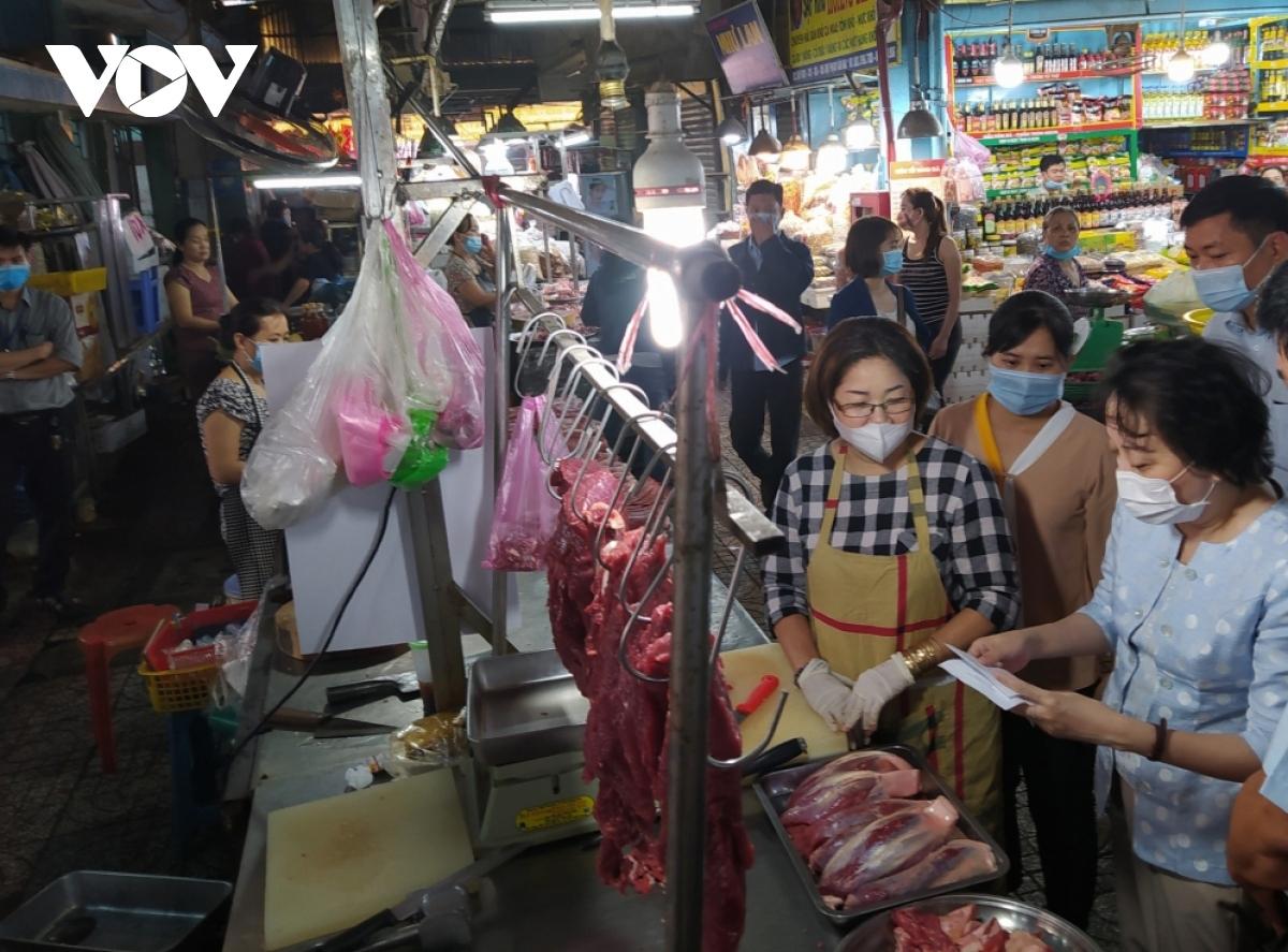 Các chợ truyền thống đảm bảo nguồn hàng thiết yếu cho người dân đi chợ theo phiếu phát.