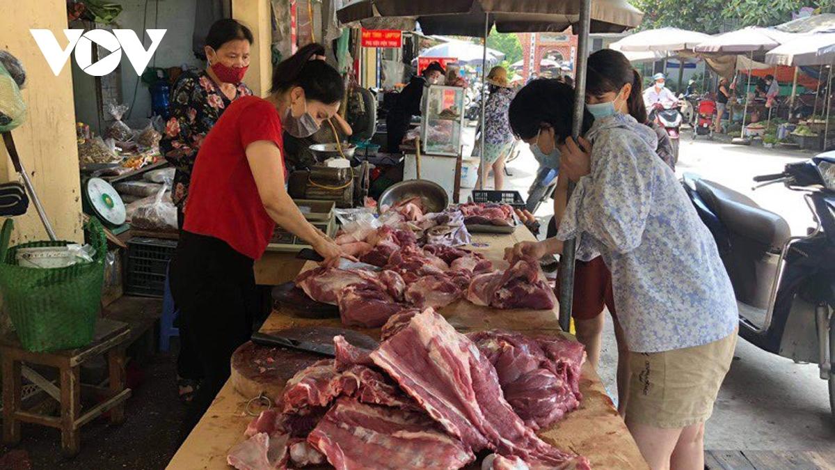 Nhu cầu hàng hóa thiết yêu tăng trong những ngày qua do người dân chỉ được đi chợ 2-3 lần/tuần theo phiếu đi chợ nên mỗi người thường mua số lượng thức ăn nhiều cho vài ngày.