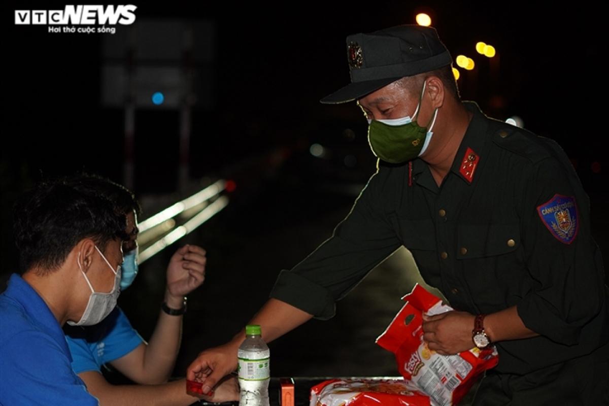 Những gói bánh, chai nước được đưa ra tận bàn làm việc của những anh em, chiến sĩ không thể vào nghỉ ngơi được.