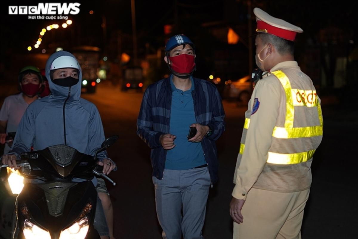 Tại khu vực đầu cầu Trung Hà (huyện Ba Vì, Hà Nội), chốt kiểm soát số 17 cũng đang làm việc không ngơi nghỉ. Những người dân khi lưu thông đến đây đều được lực lượng nhắc nhở thực hiện theo quy định mới của UBND TP Hà Nội.