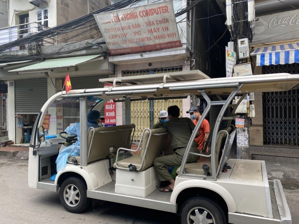 Xe điện được sử dụng chuyển hàng đến cửa từng hộ gia đình trong khu vực cách ly y tế phường Chương Dương.
