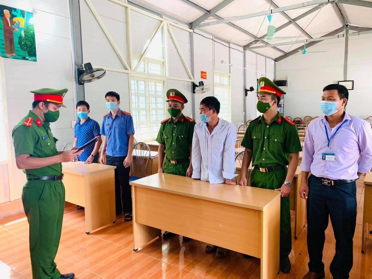 Cơ quan Công an thi hành lệnh bắt bị can để tạm giam đối với Trần Văn Học (Ảnh M.P).