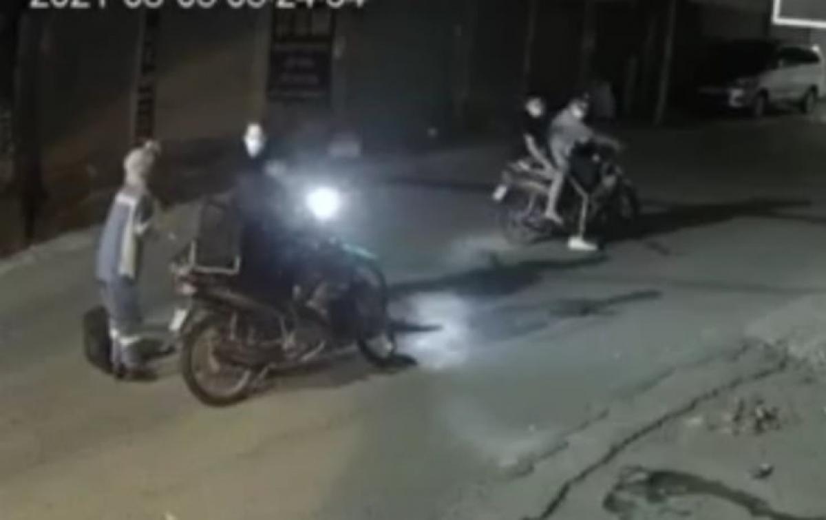 Hình ảnh nữ công nhân vệ sinh môi trường bị cướp xe (cắt từ clip)