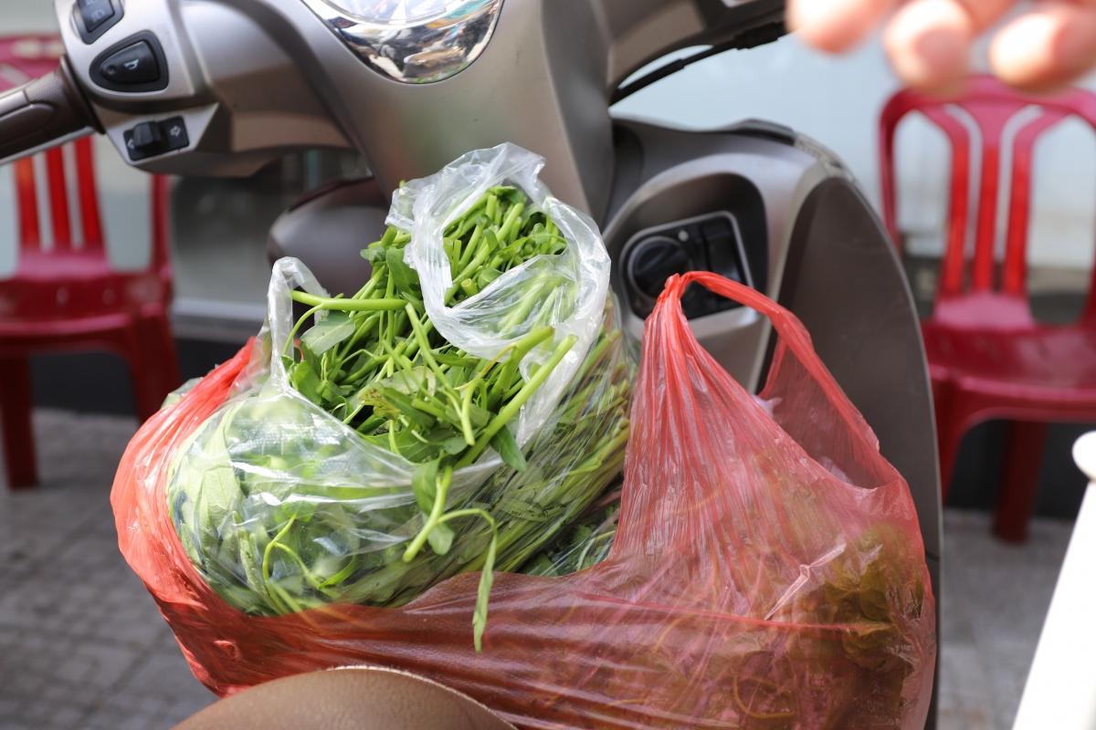 Đa số người dân ra đường để đi chợ, mua thực phẩm.